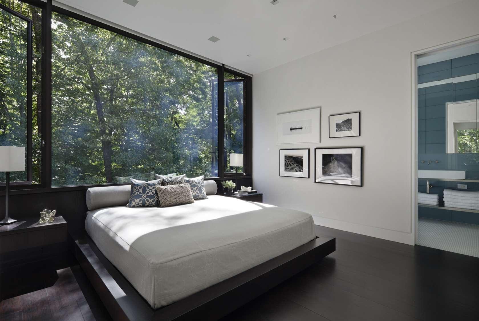 Черно-белая спальня с большим окном