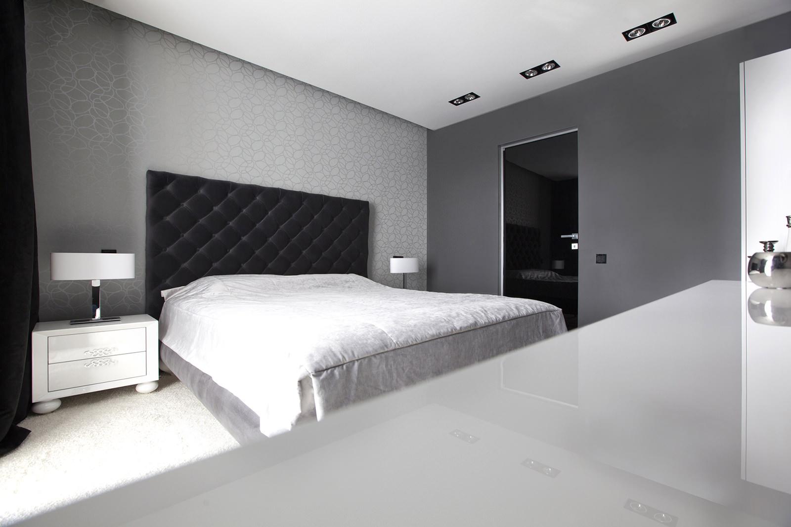 Черно-белая спальня с минимумом декора