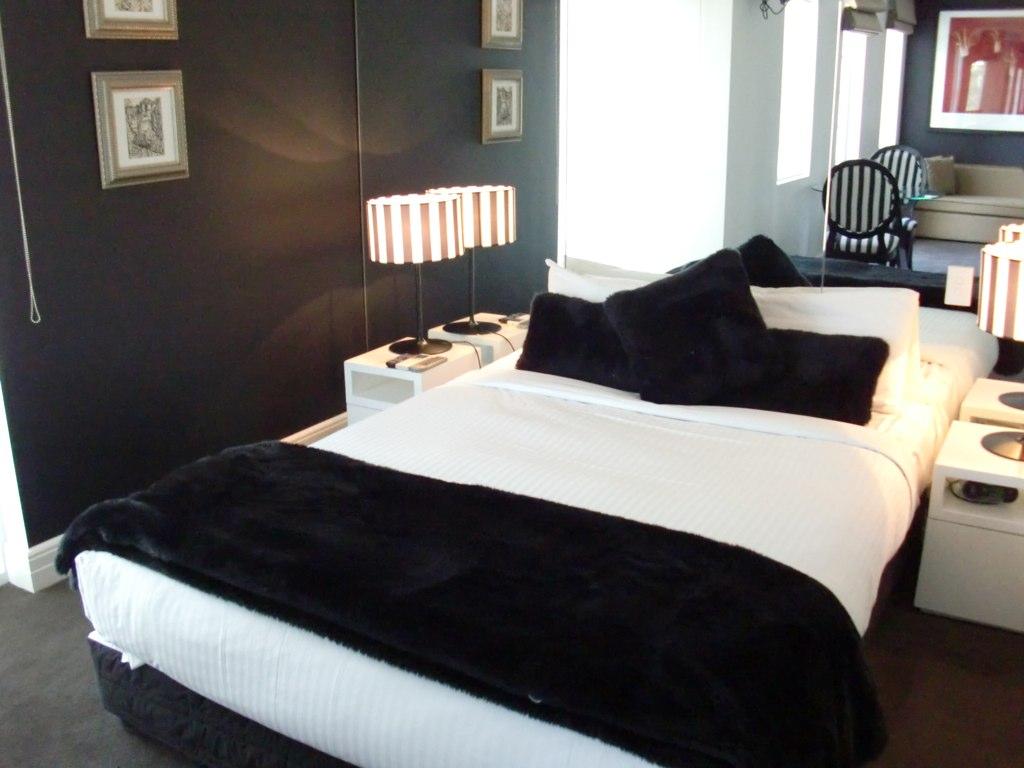 Черно-белая спальня в классическом стиле с зеркальной стеной
