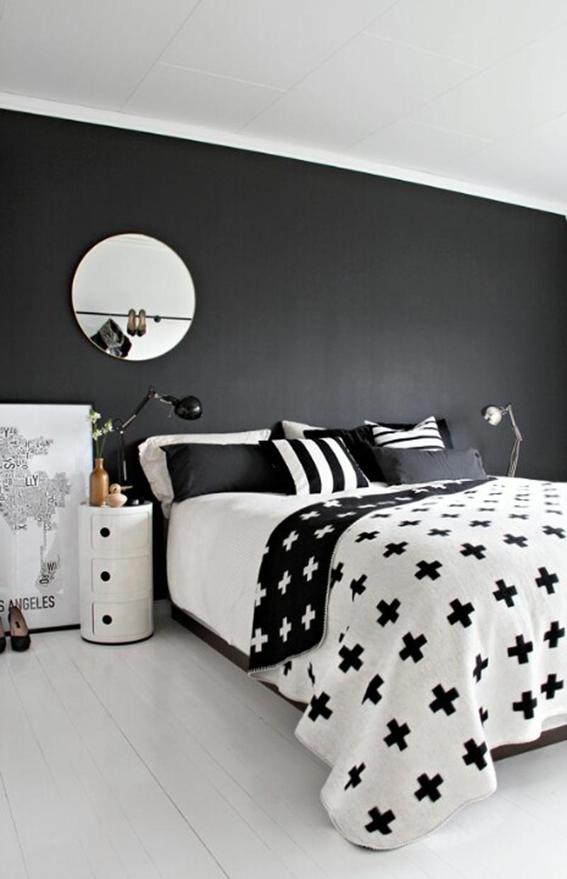 Черно-белая спальня в скандинавском стиле с круглым зеркалом