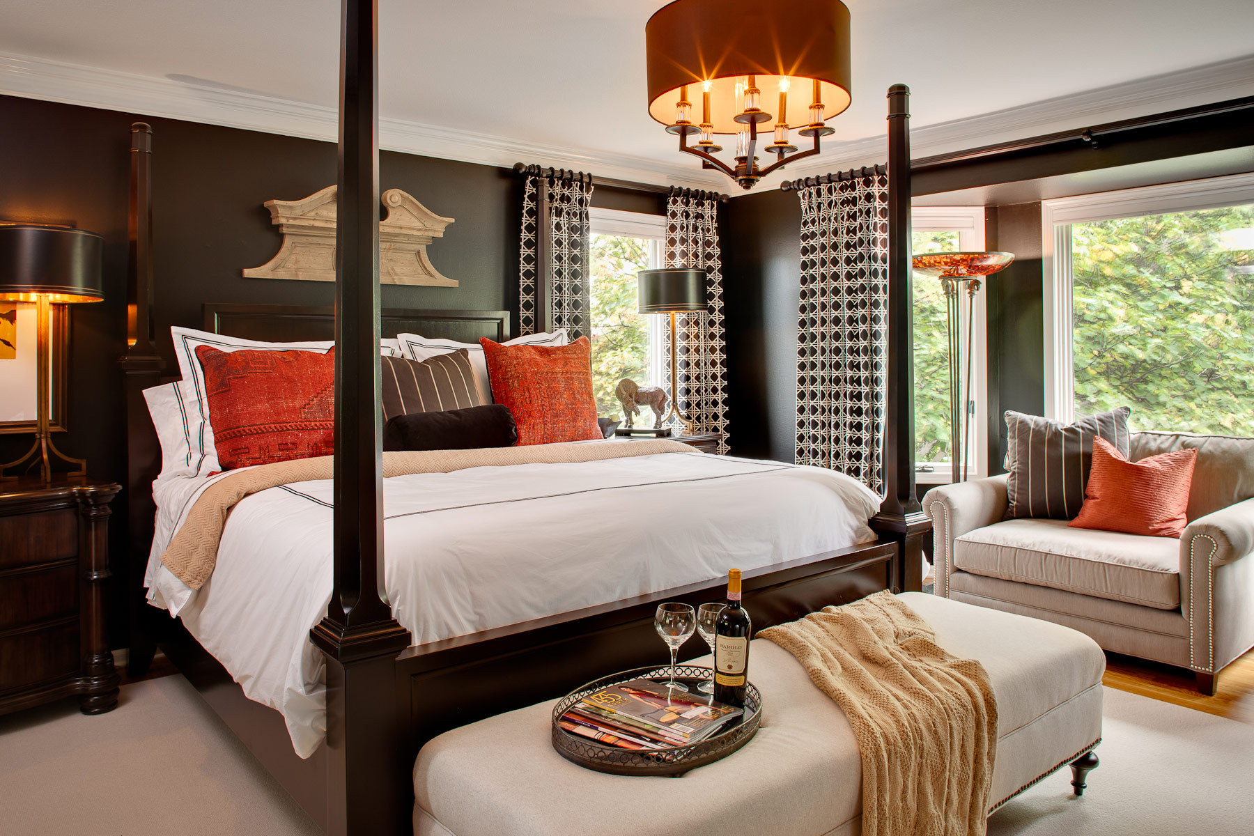 Небольшая уютная черно-белая спальня с коралловыми акцентами