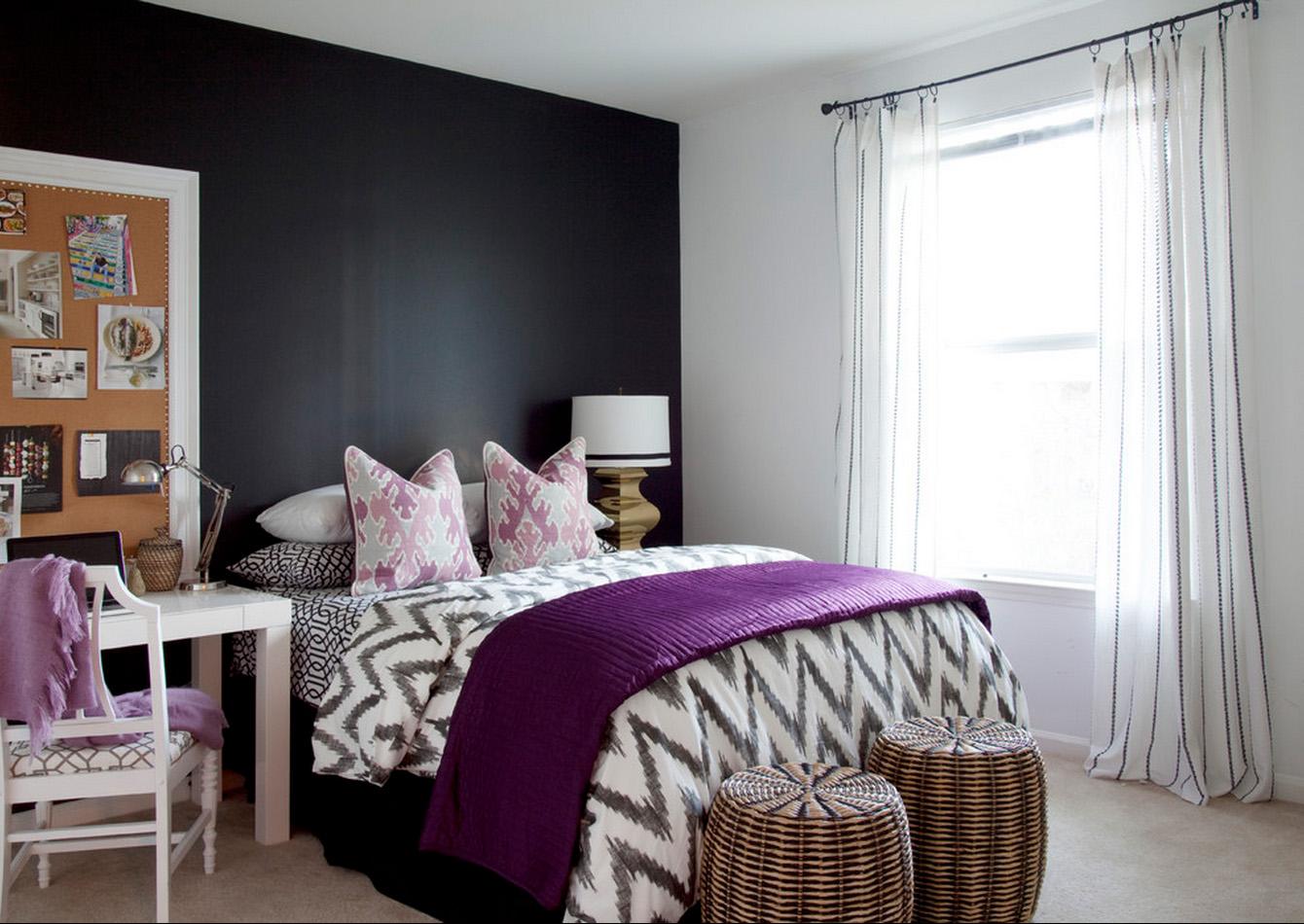 Черно-белая спальня с сиреневыми акцентами