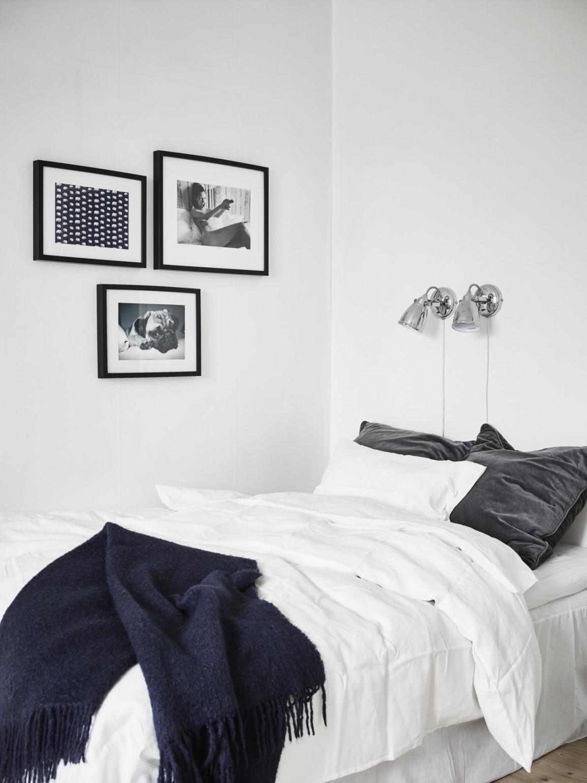 Минималистичный интерьер черно-белой спальни