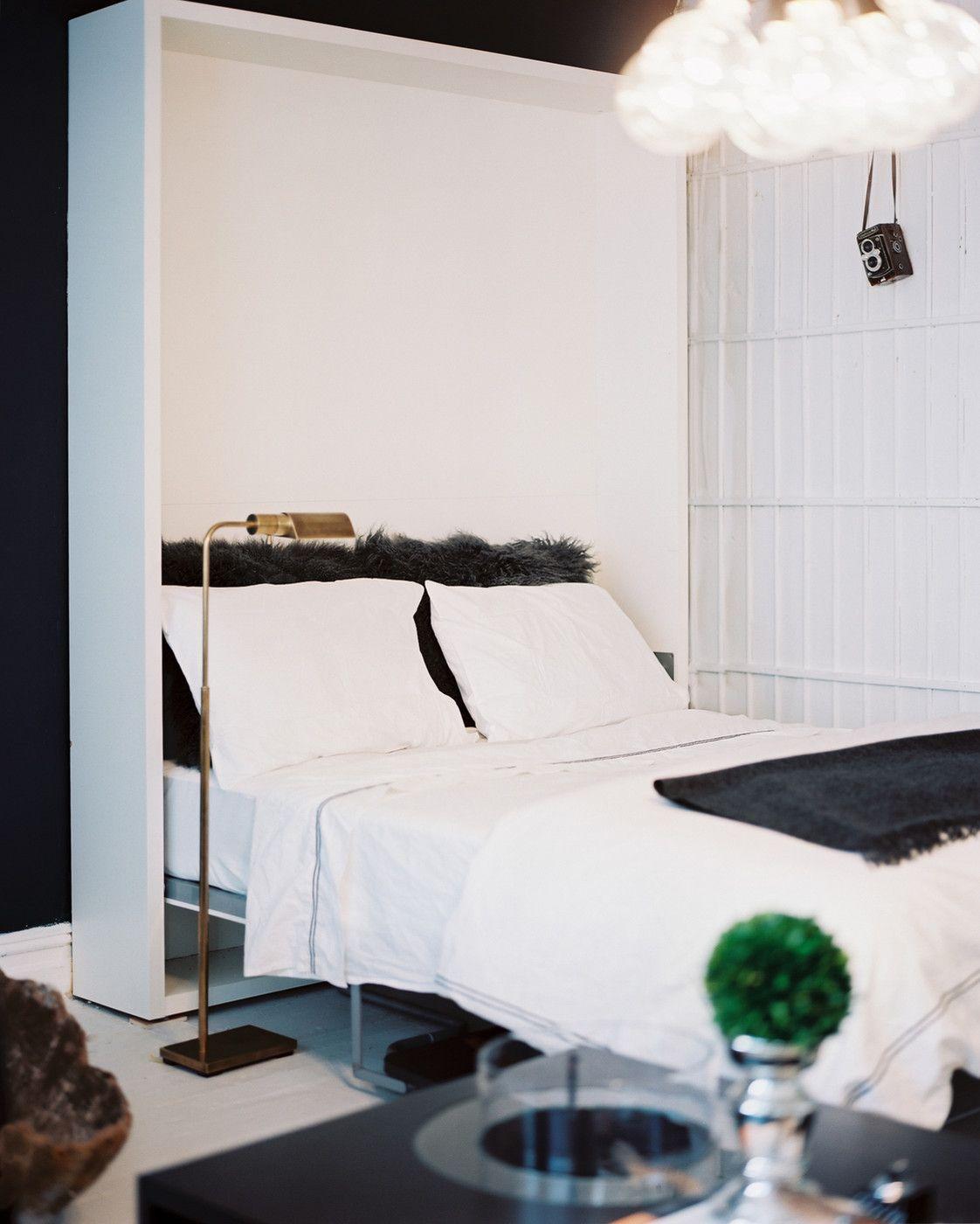 Черно-белая красивая спальня в скандинавском стиле