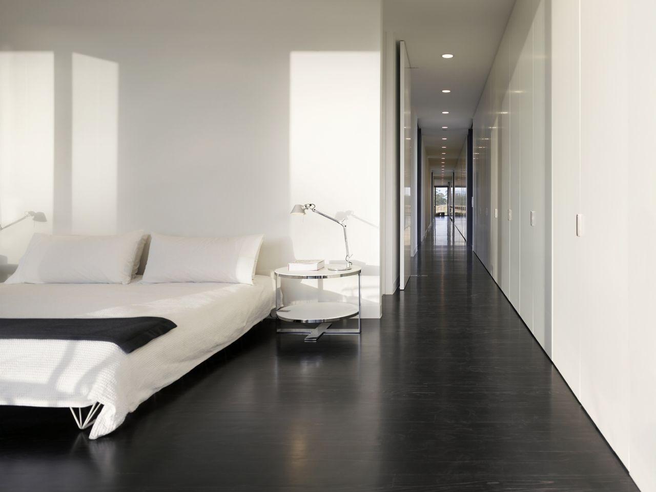 Большая черно-белая спальня в стиле минимализм