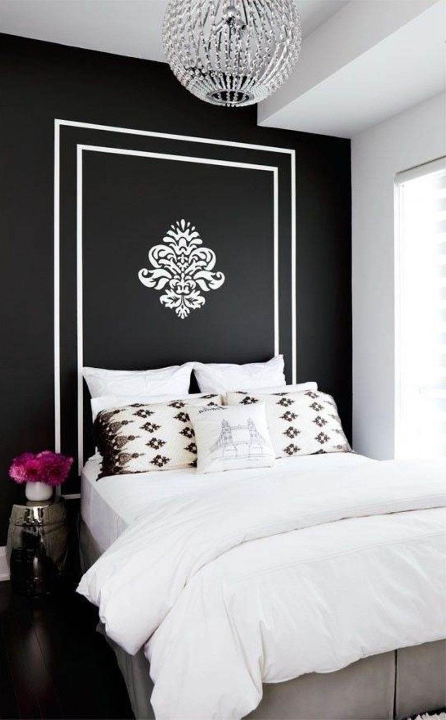 Черно-белые обои с рисунком в спальне