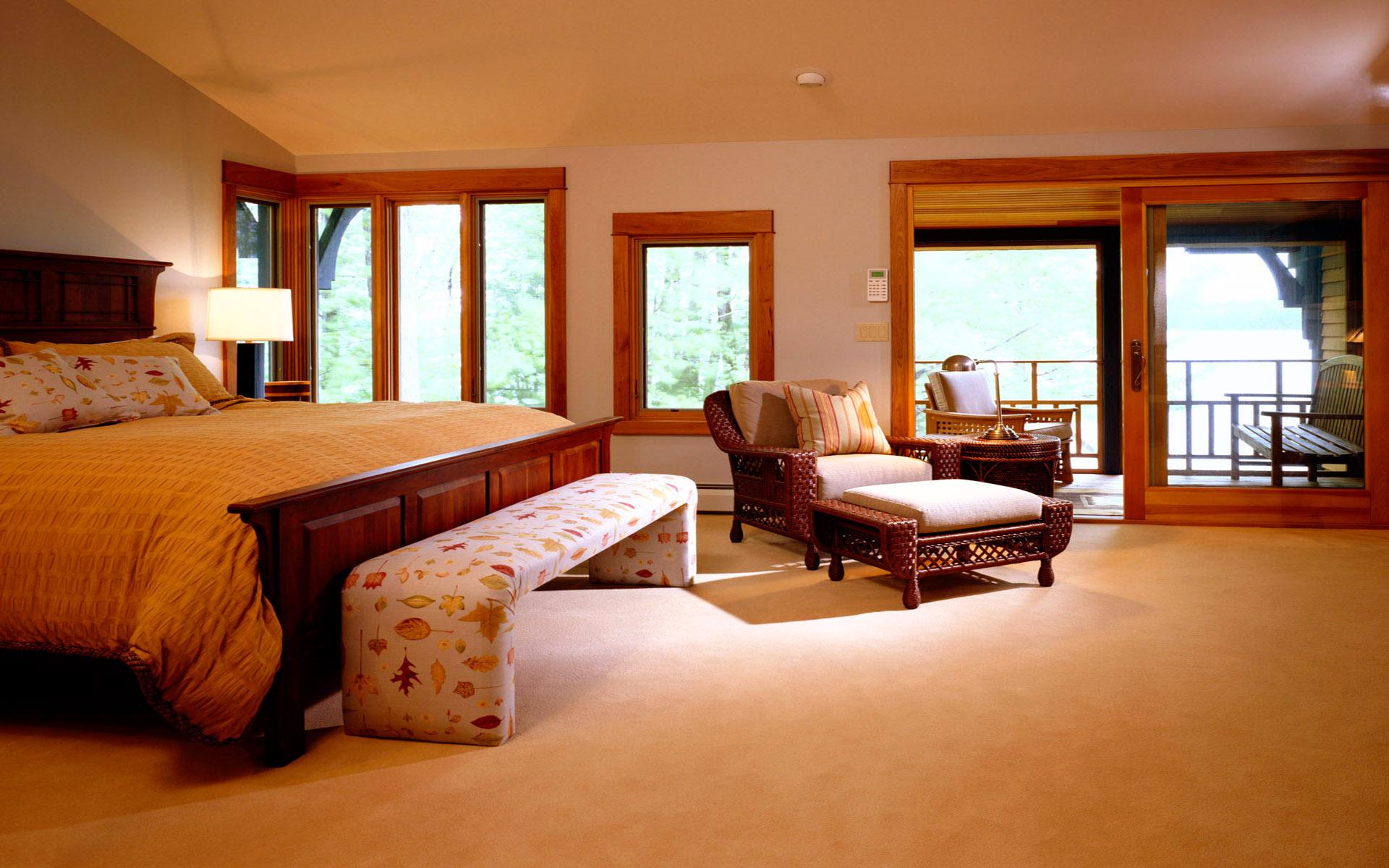 Бежево-коричневая просторная спальня
