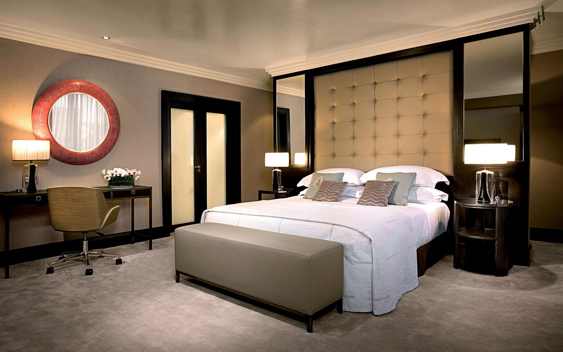 Серый, бежевый и черный цвета в интерьере спальни
