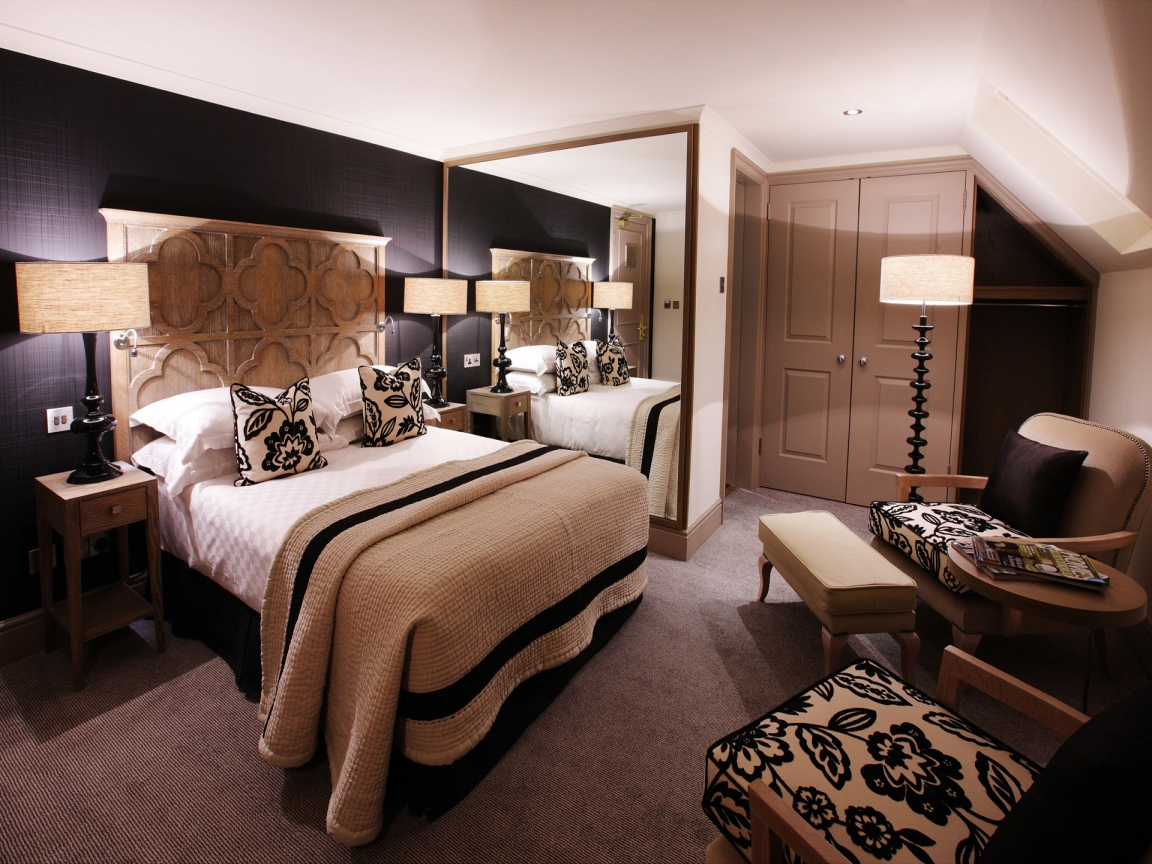 Бежевый, белый и черный цвета в дизайне спальни