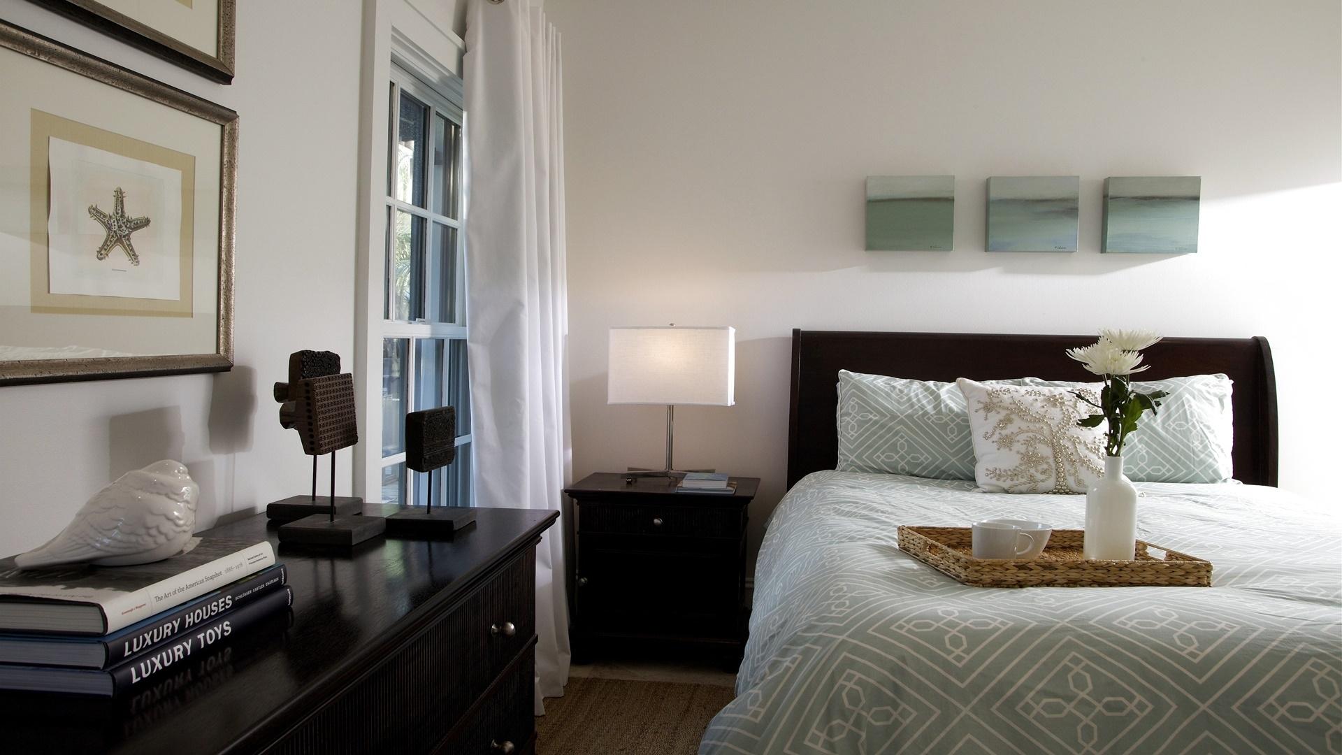 Черно-белая спальня с голубыми акцентами