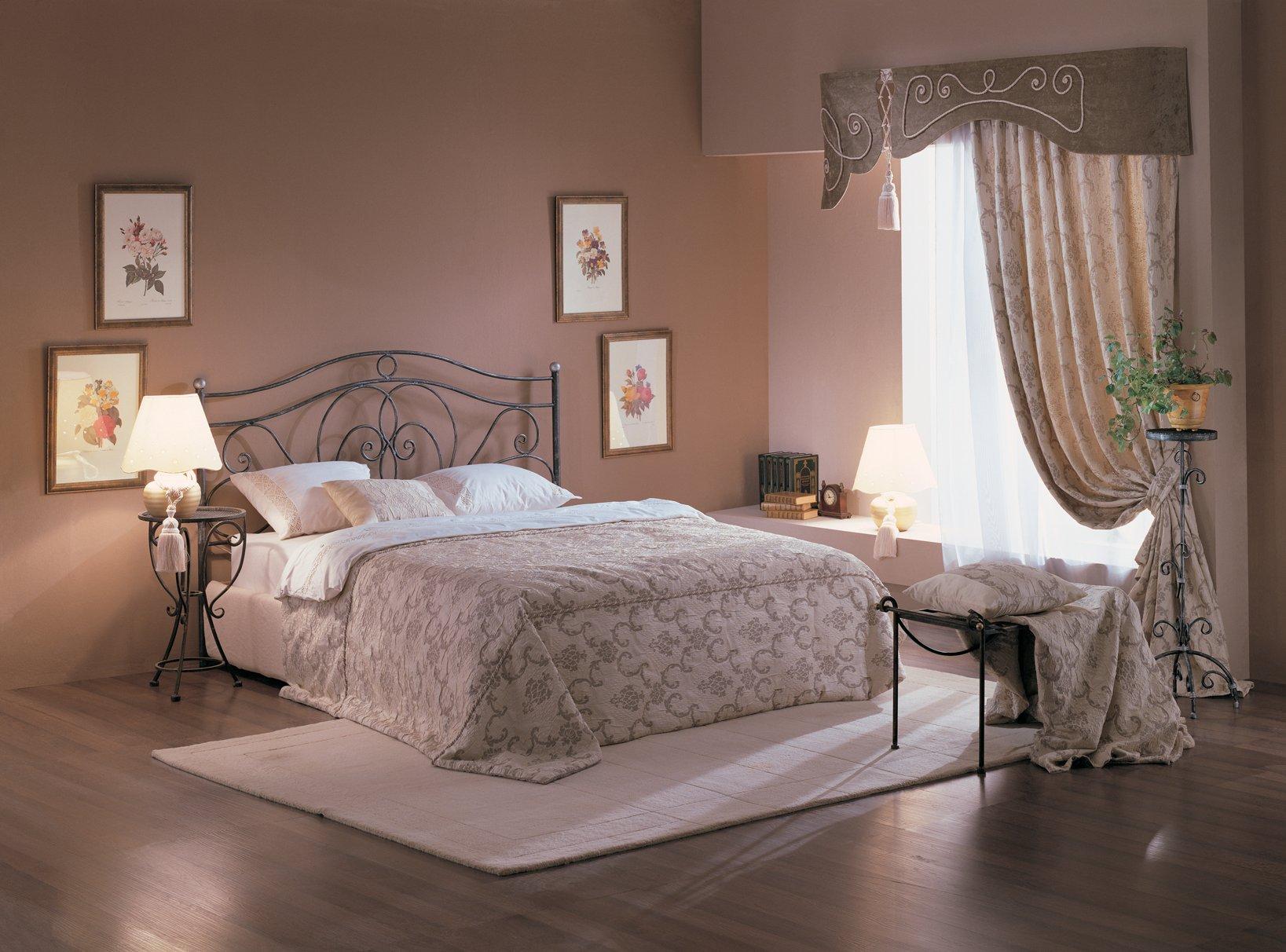 Бежево-коричневая классическая спальня
