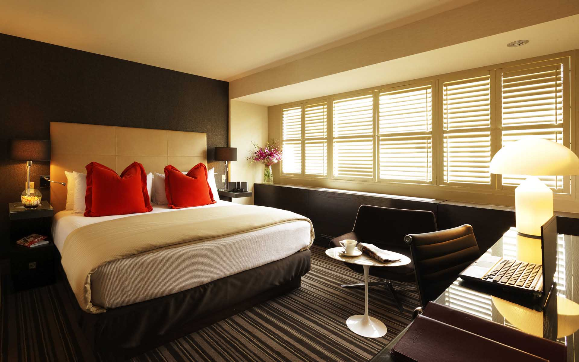 Черно-бежевый дизайн спальни