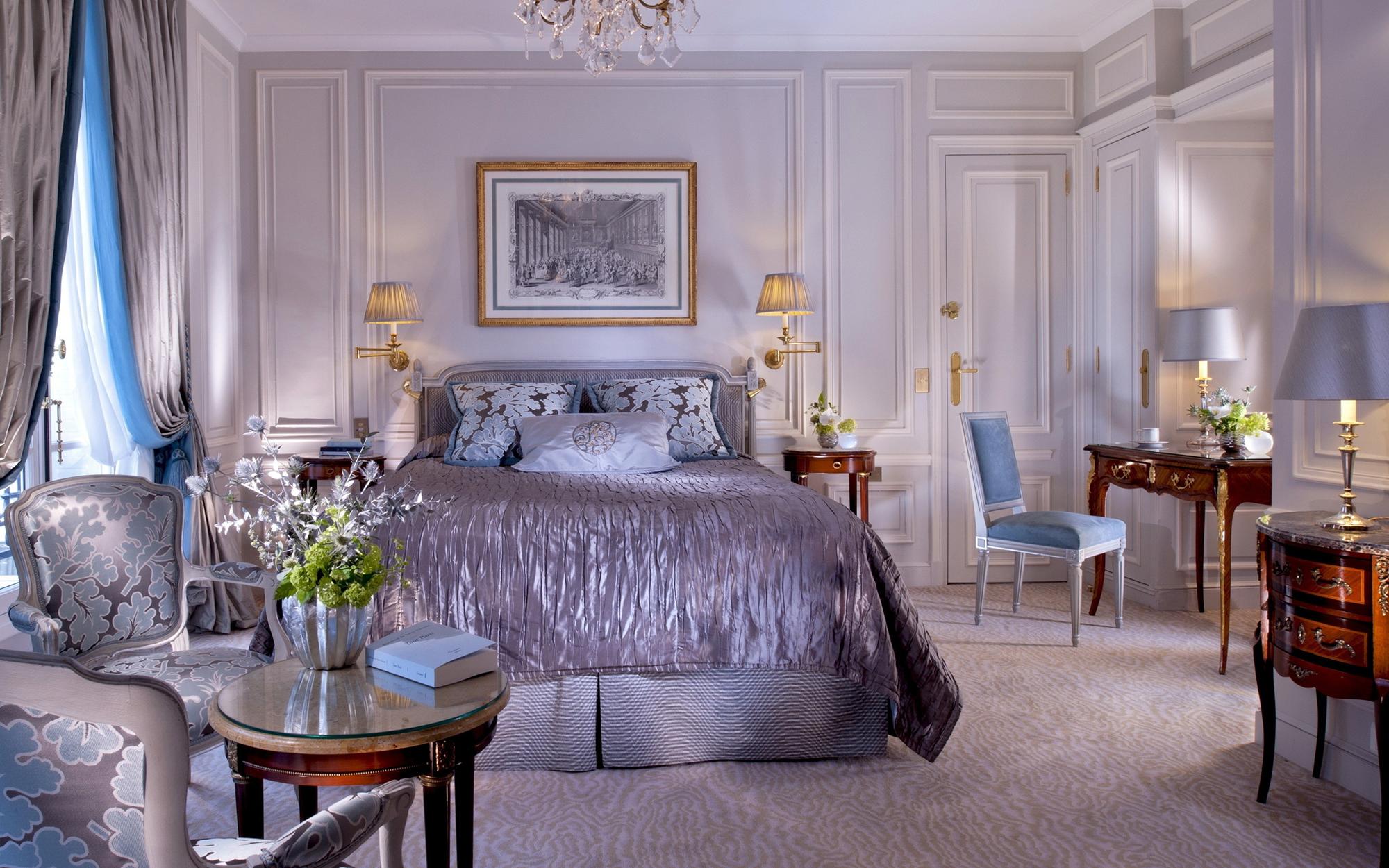 Классическая спальня в сиреневых тонах