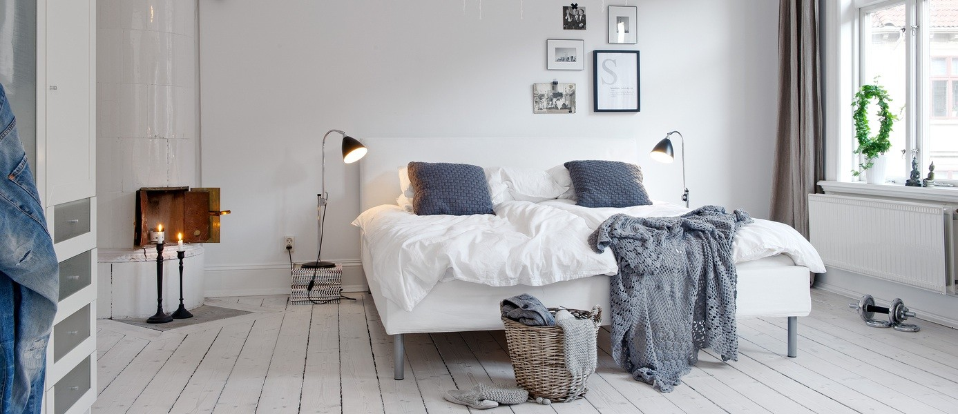Серые акценты в белой спальне