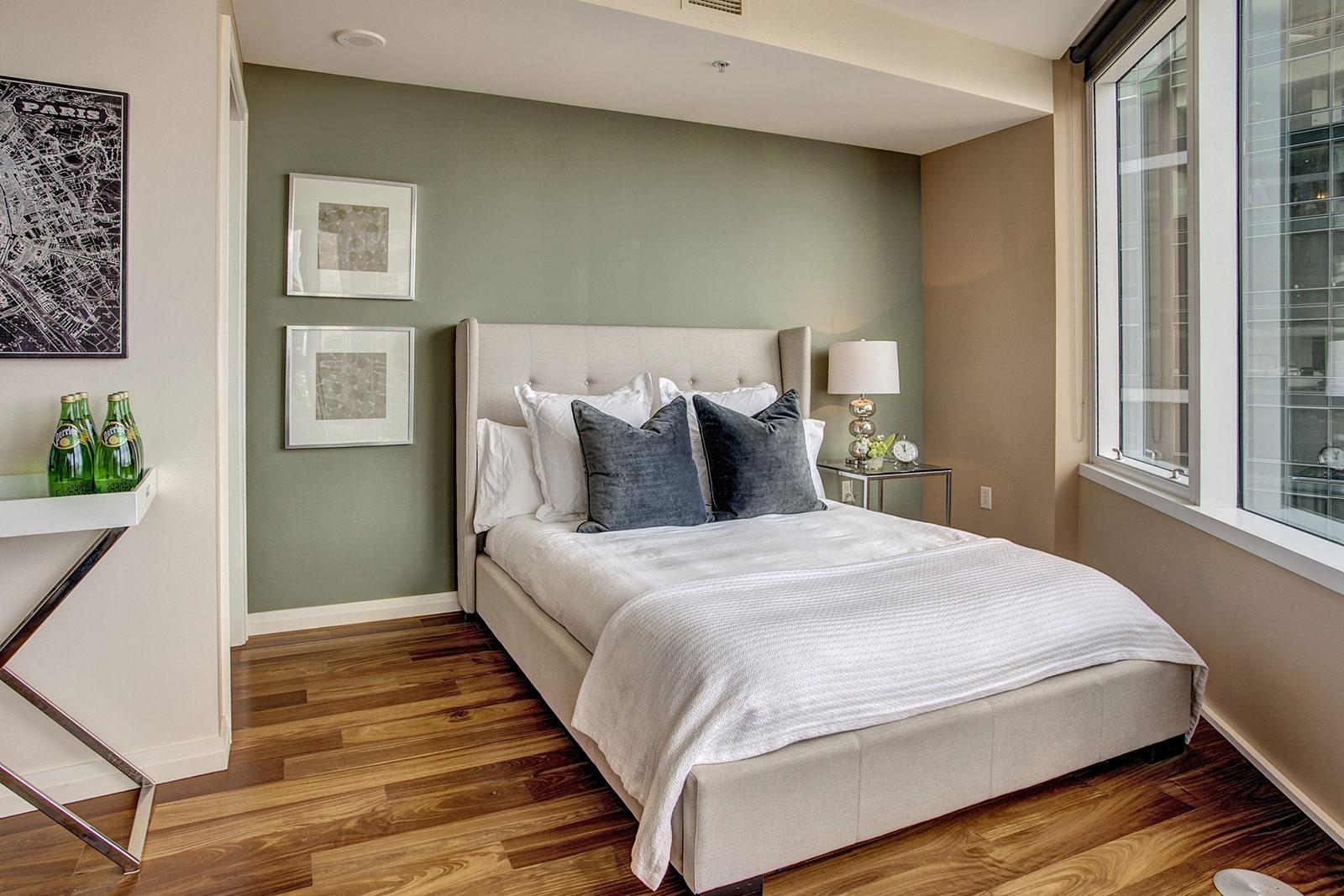 Оливковый, белый и коричневый цвета в интерьере спальни
