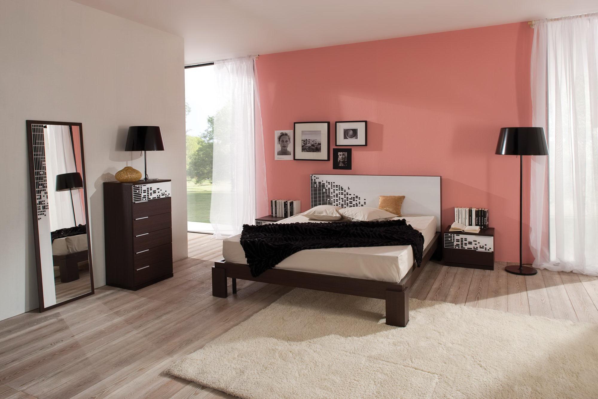 Коралловая стена за кроватью в спальне