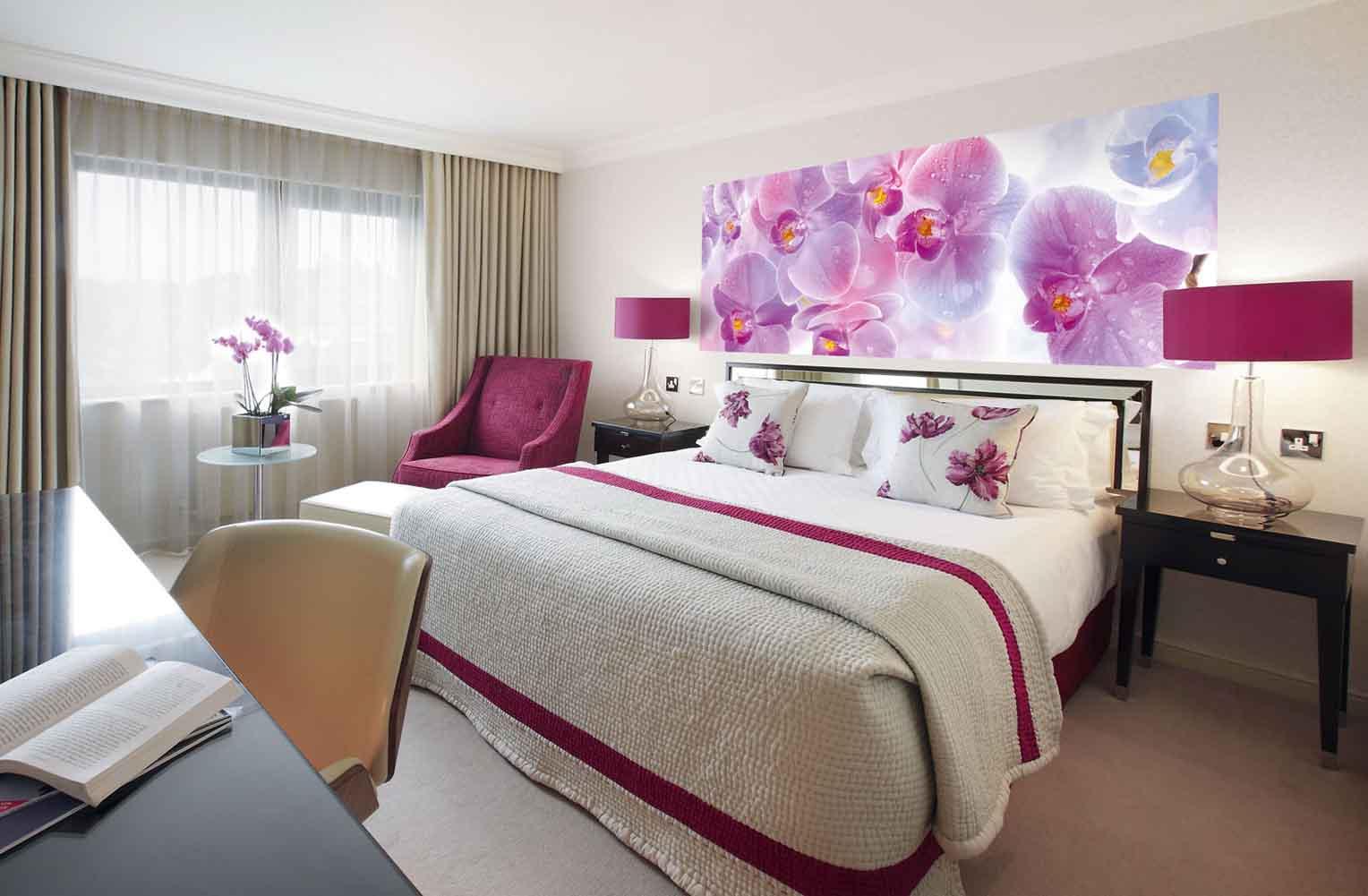 Фотообои с орхидеями в спальне