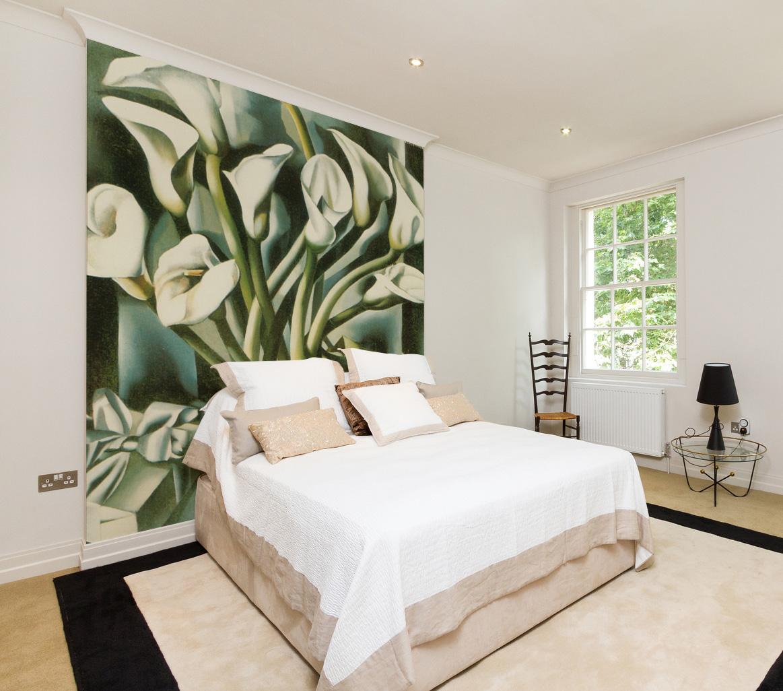 Фотообои с рисованными цветами в спальне