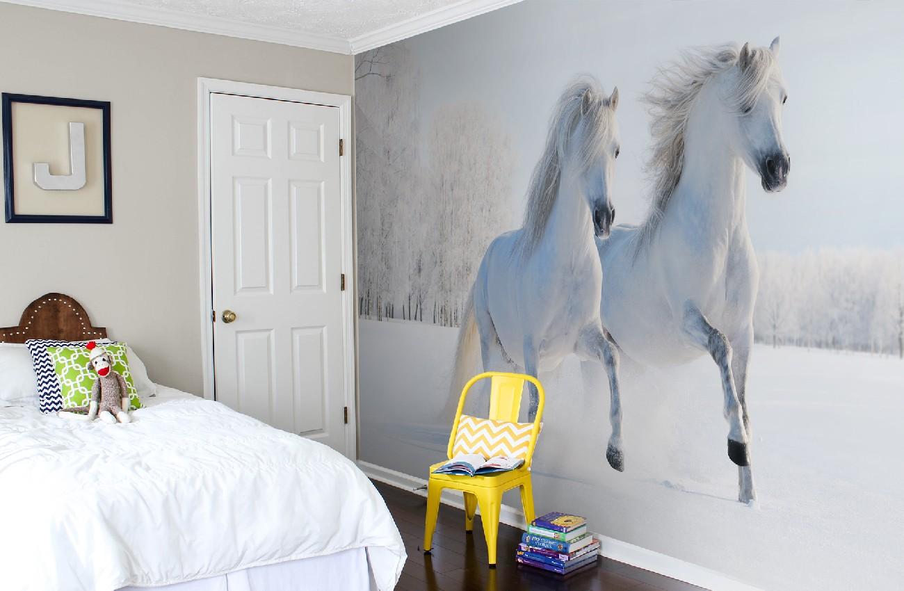 Фотообои с белыми лошадьми в спальне