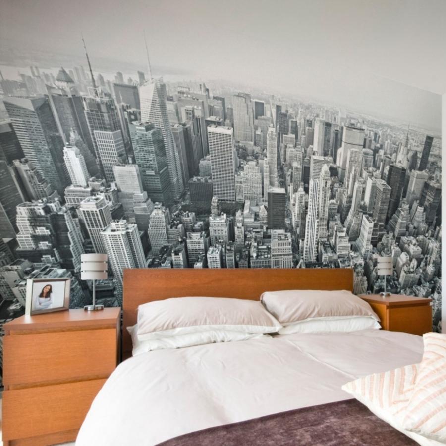 Черно-белые фотообои с городом в спальне