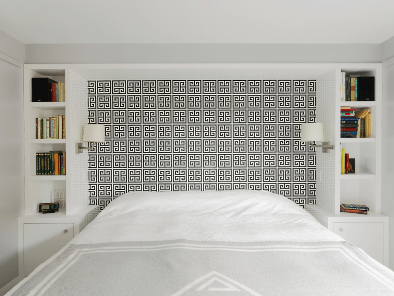 Черно-белые фотообои с геометрическим рисунком в спальне