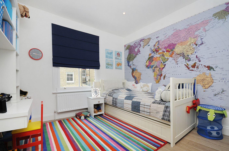 Фотообои с картой в детской в спальне