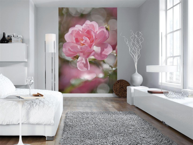 Фотообои с розовым цветком в спальне