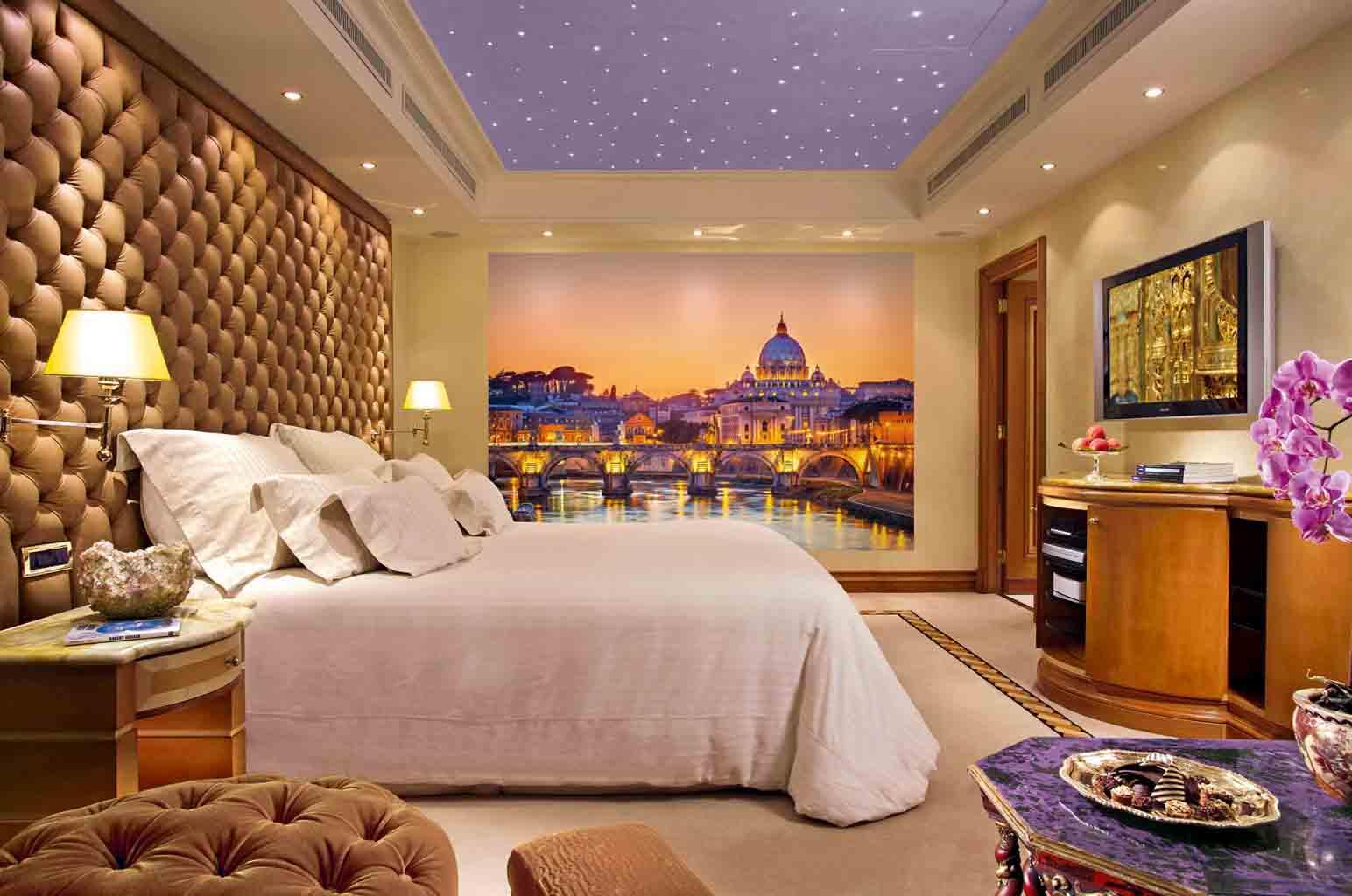 Фотообои в сиренево-золотистых тонах в спальне
