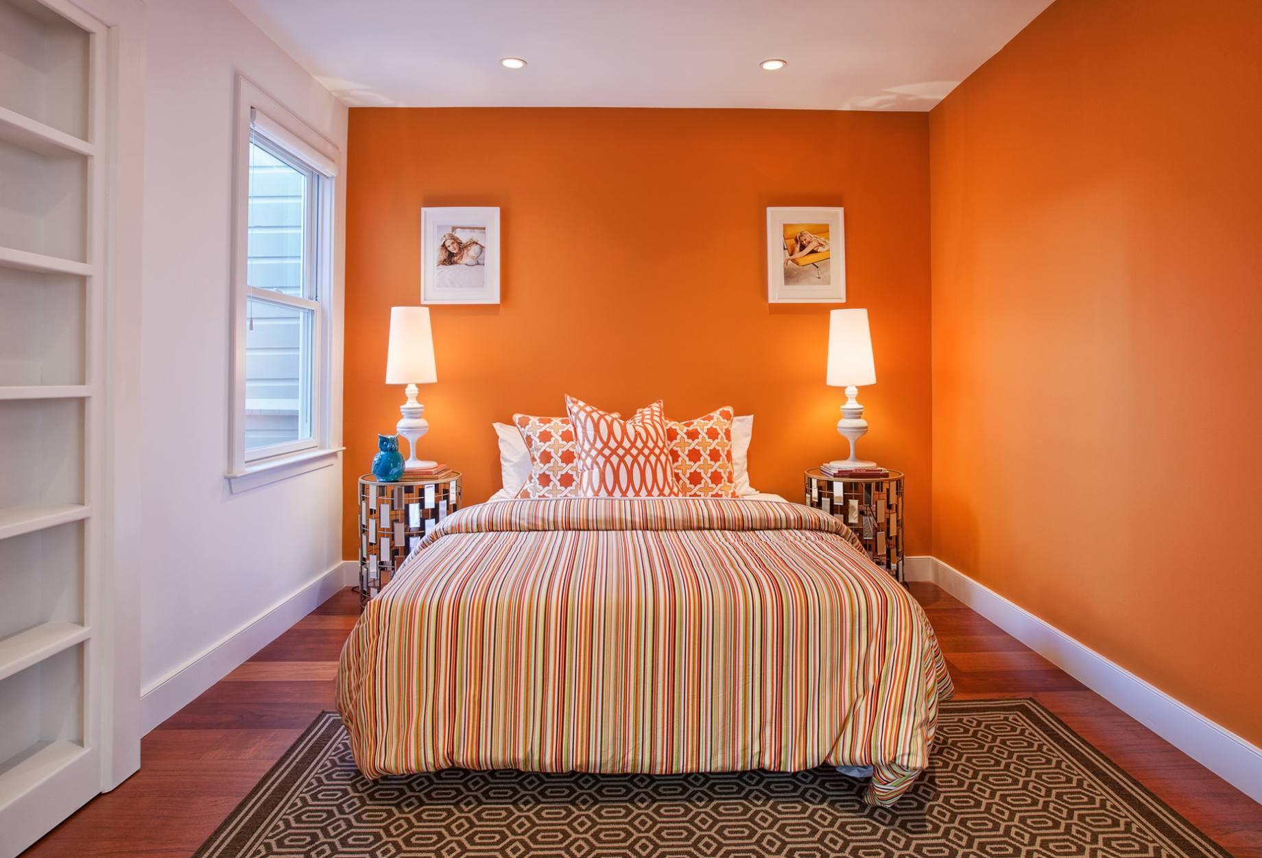 Оранжево-белая спальня