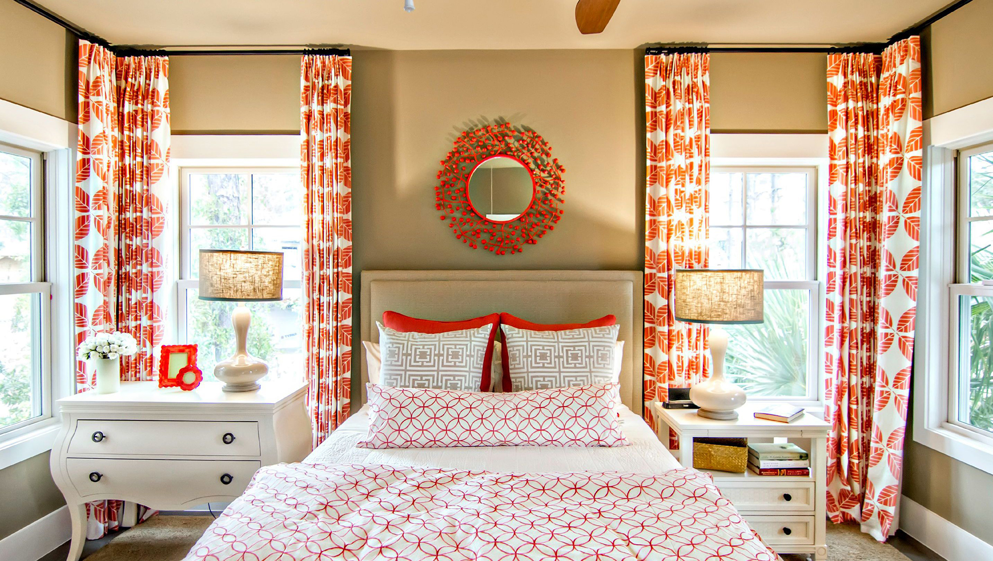 Бело-оранжевые шторы в спальне