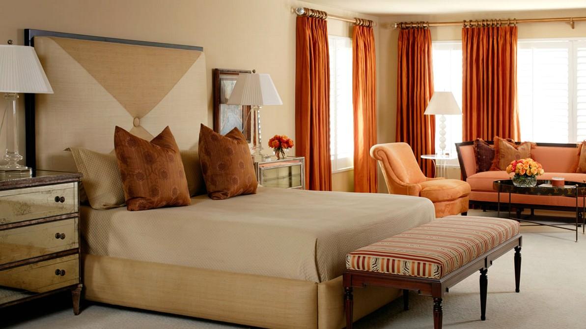 Оранжевые шторы, кресло и диван в спальне