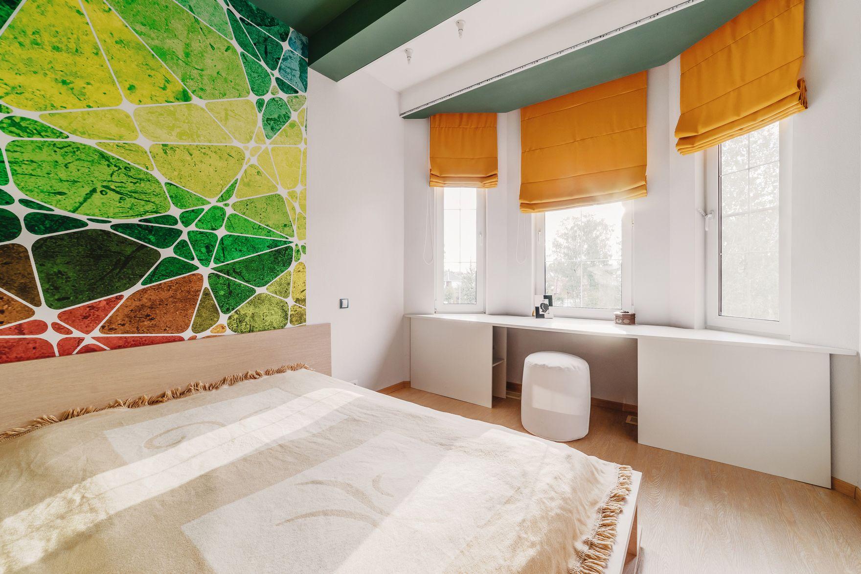 Оранжево-зеленые акценты в интерьере спальни