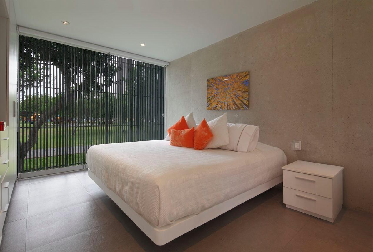 Оранжевые подушки в спальне