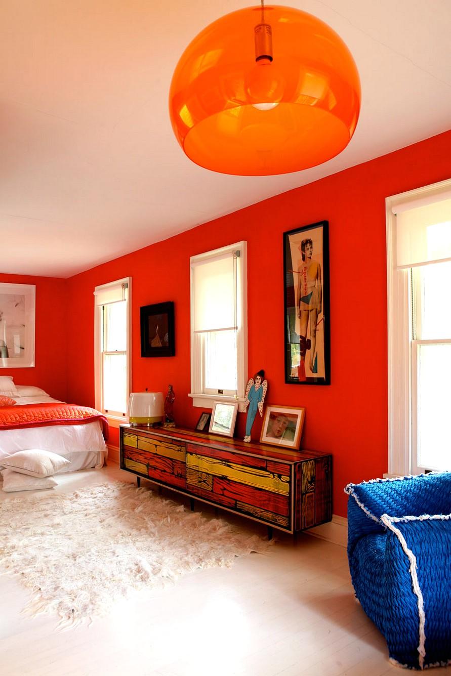Оранжевая люстра в спальне