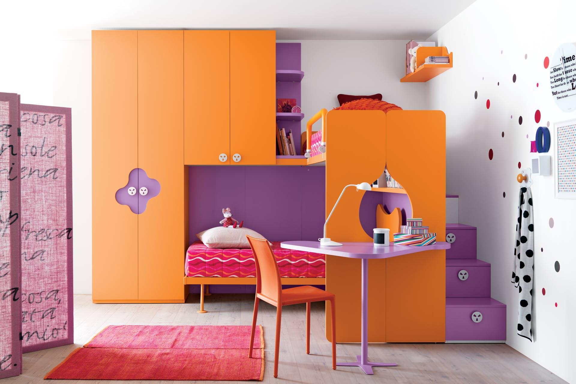 Оранжево-фиолетовая мебель в детской