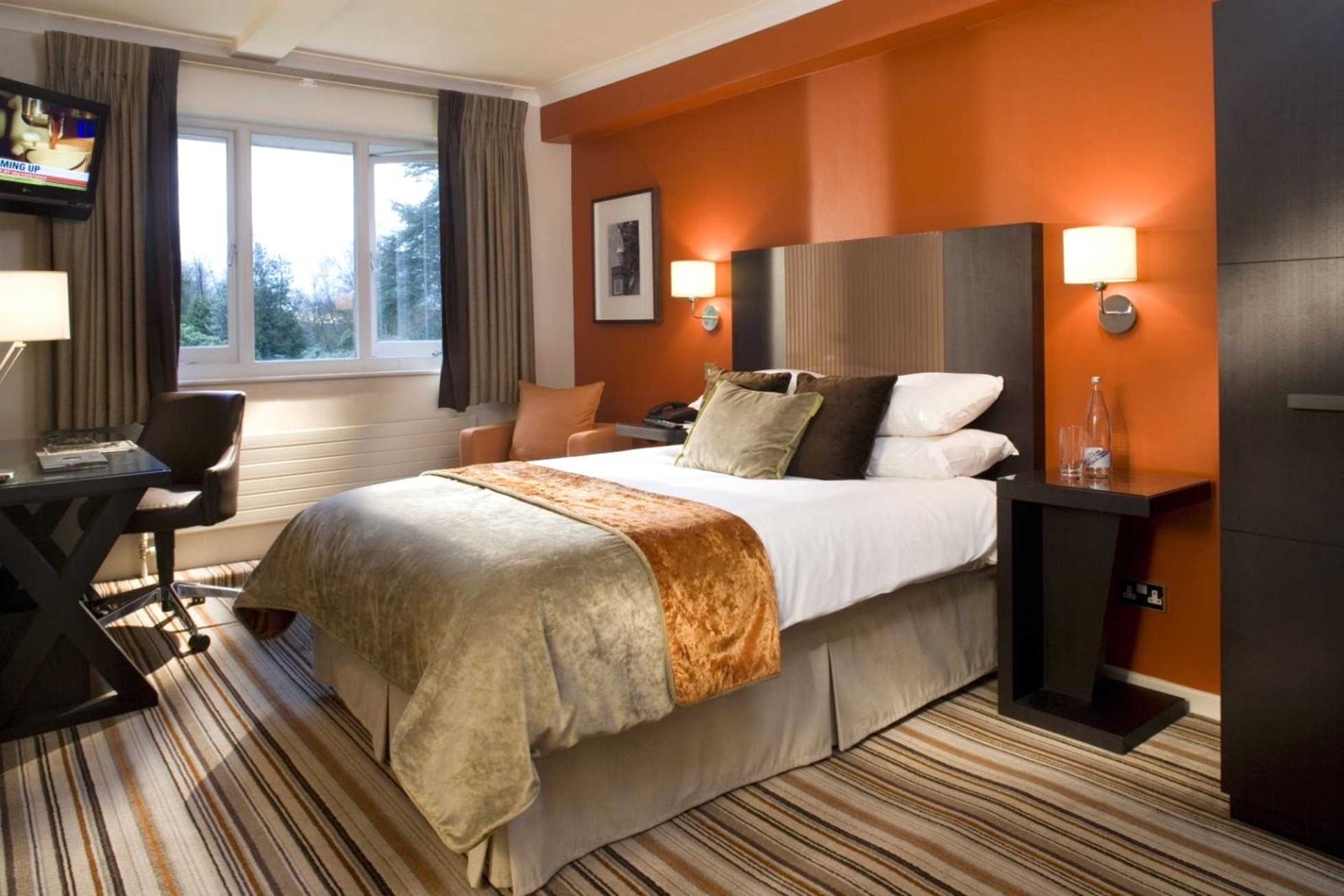 Оранжевая стена в спальне