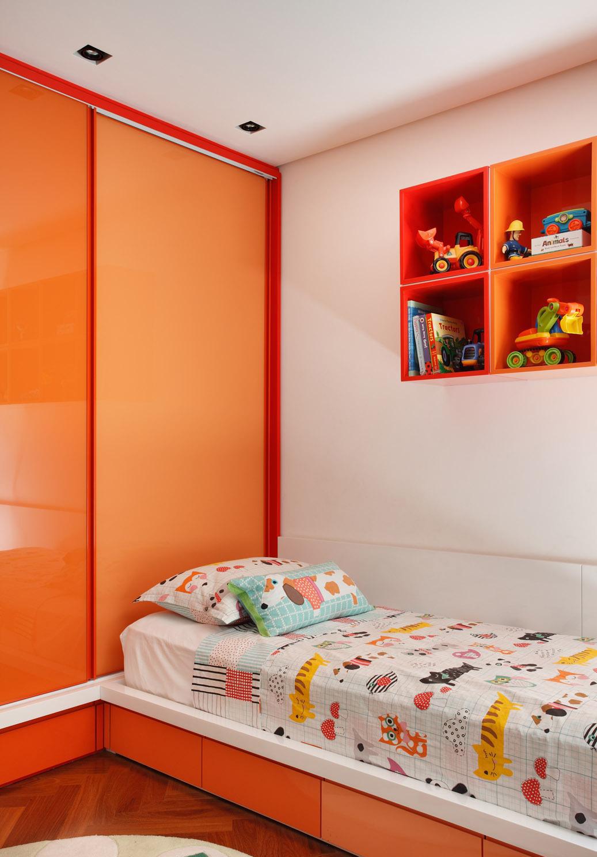 Красивая оранжево-белая детская комната