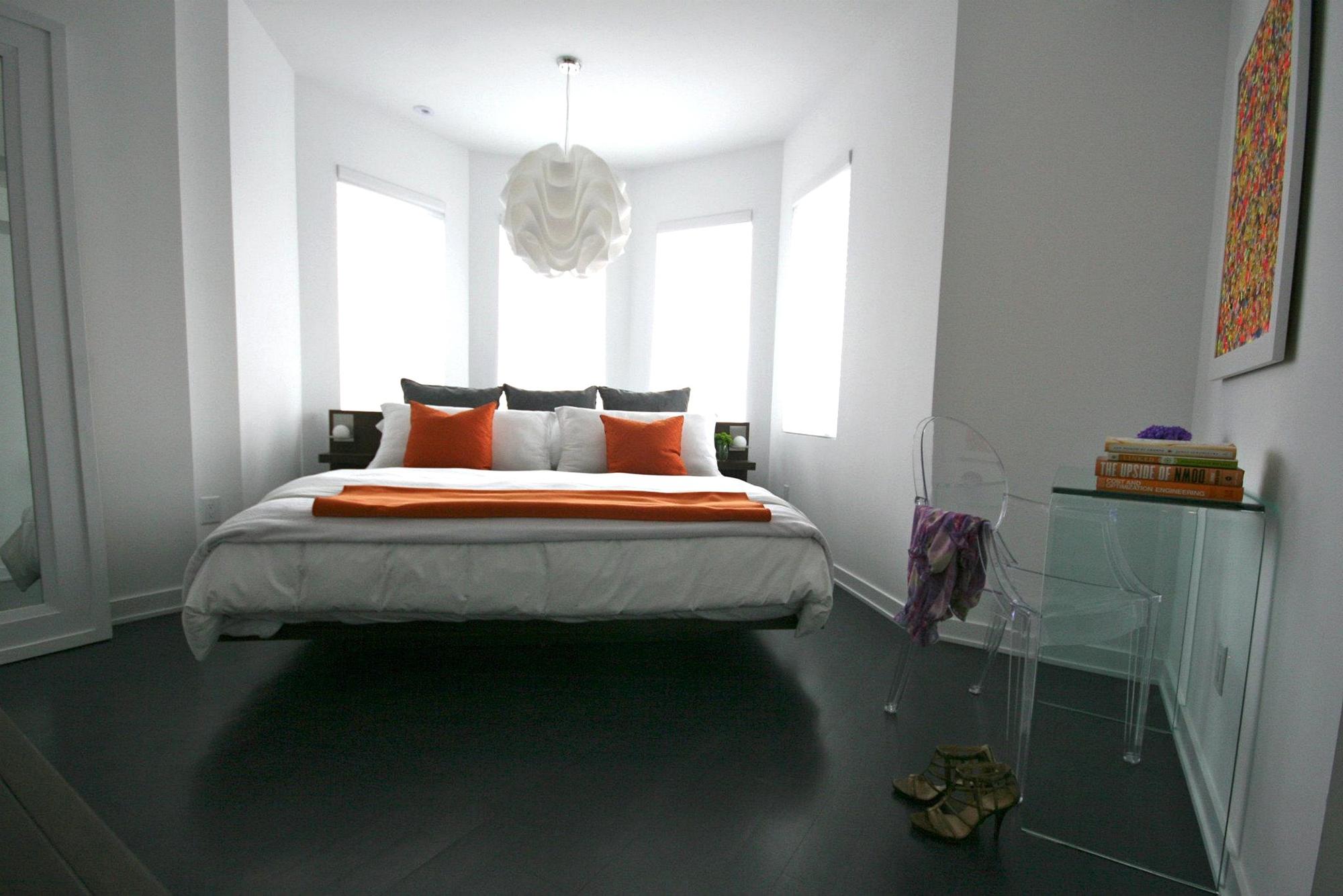 Оранжевые акценты в черно-белой спальне