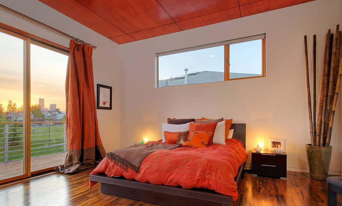 Коричневый, оранжевый и белый цвета в интерьере спальни