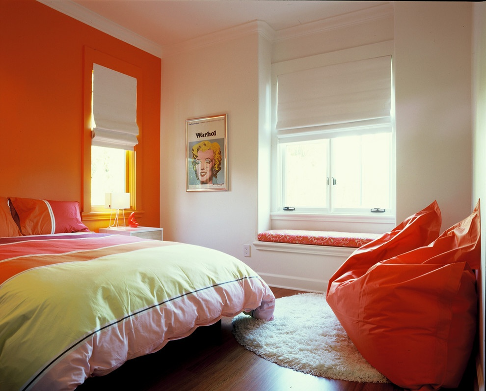 Оранжевая стена и акценты в спальне