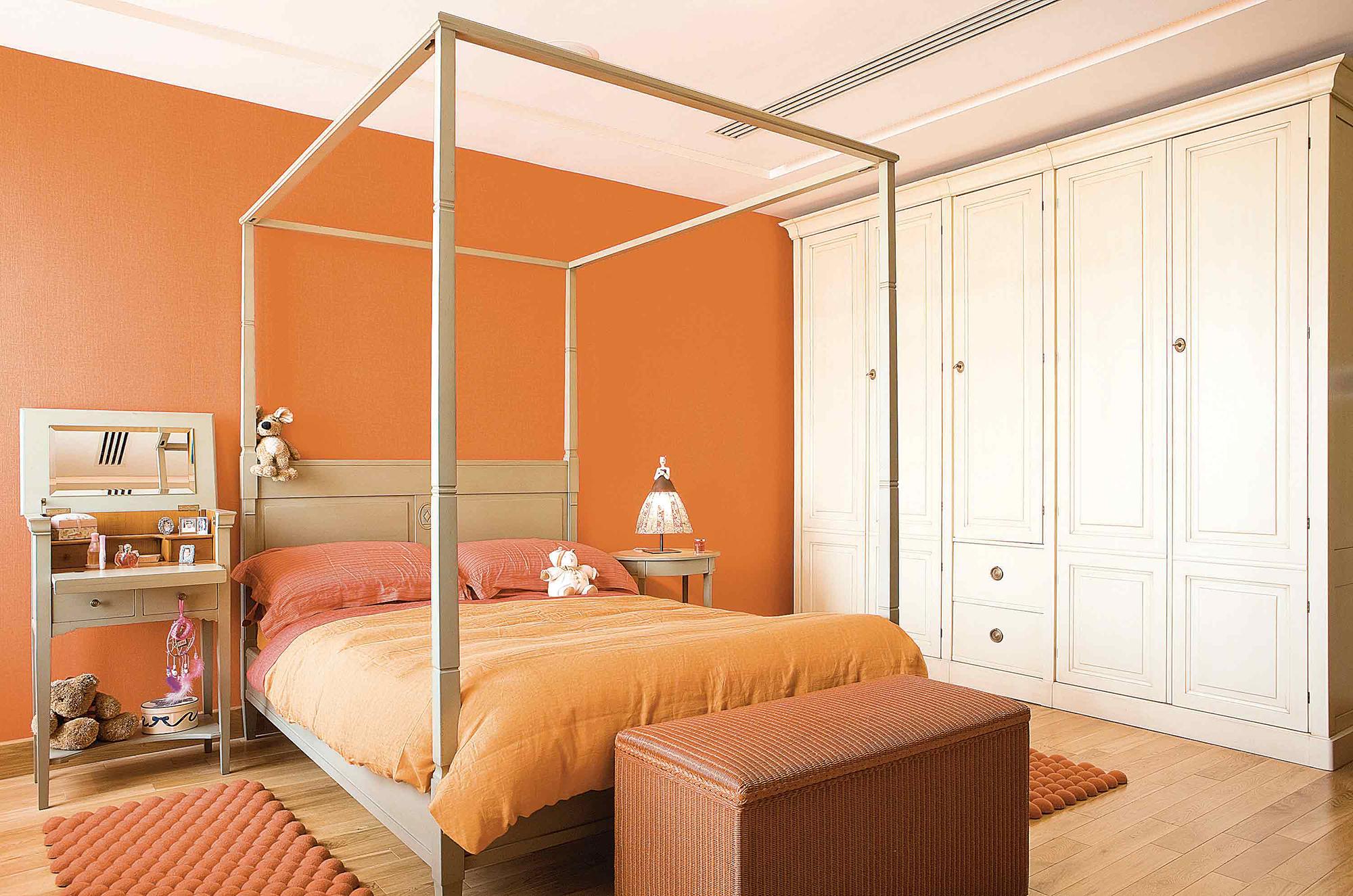 Оранжевые ковры в спальне