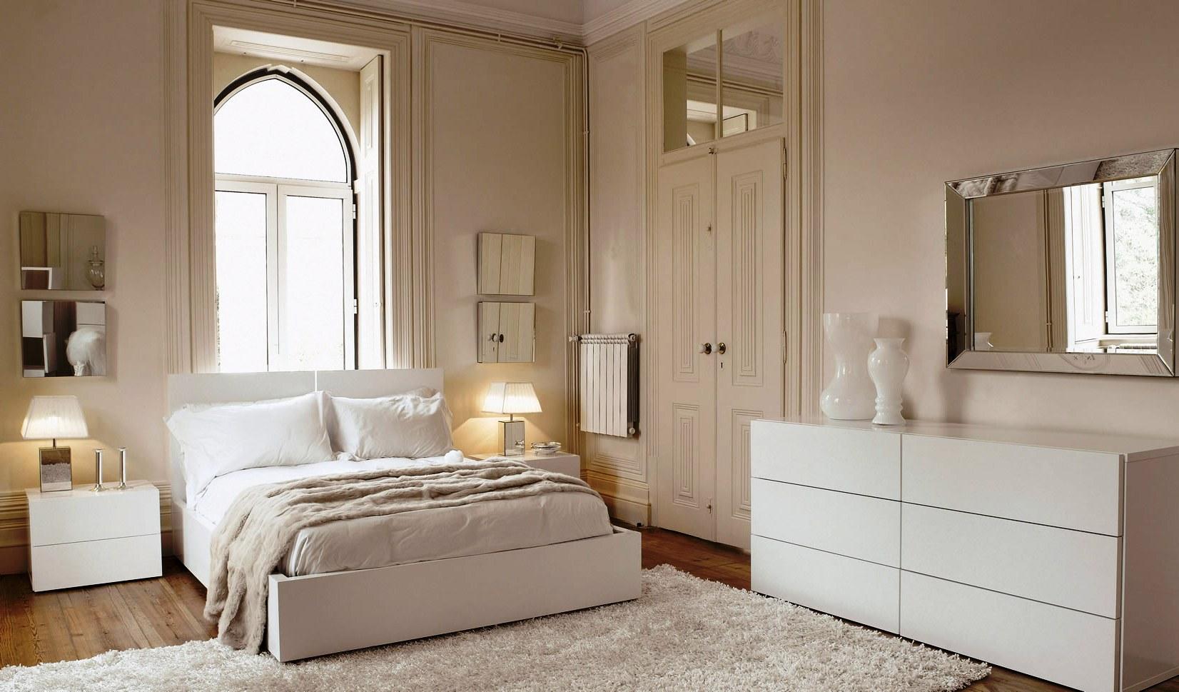 Персиковые стены в спальне