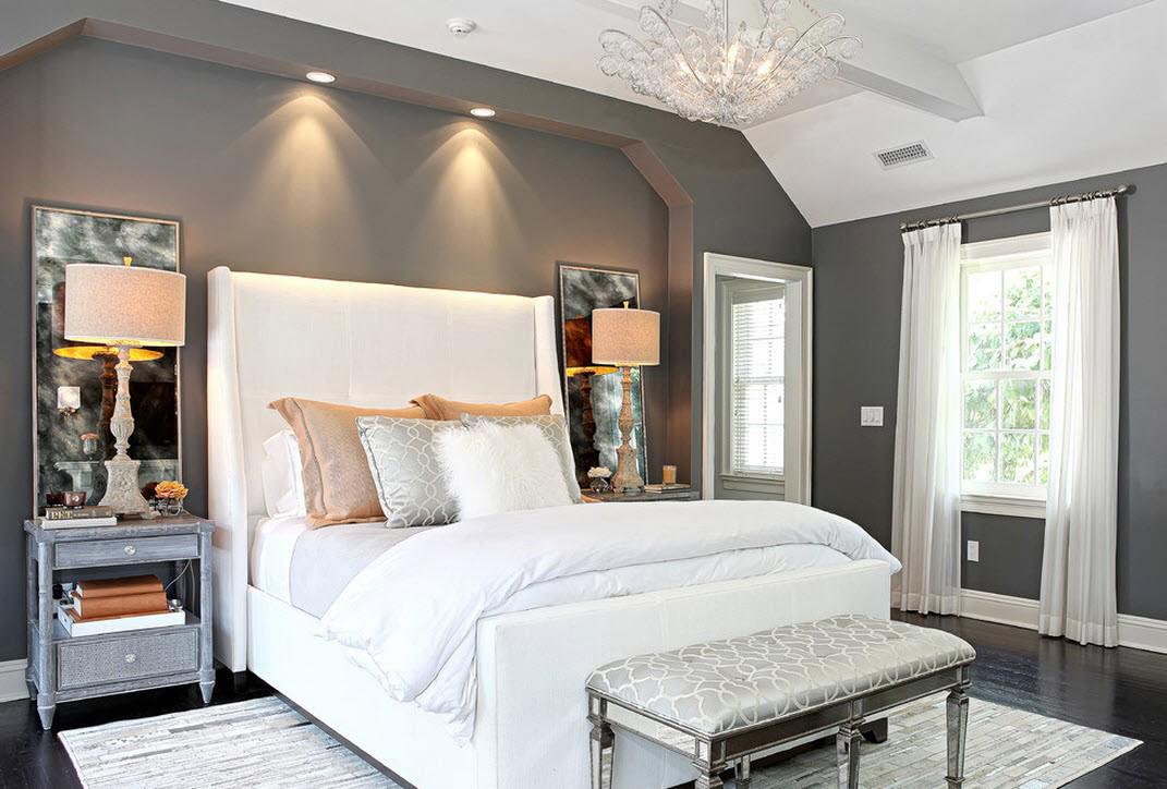 Белый потолок в серо-белой спальне