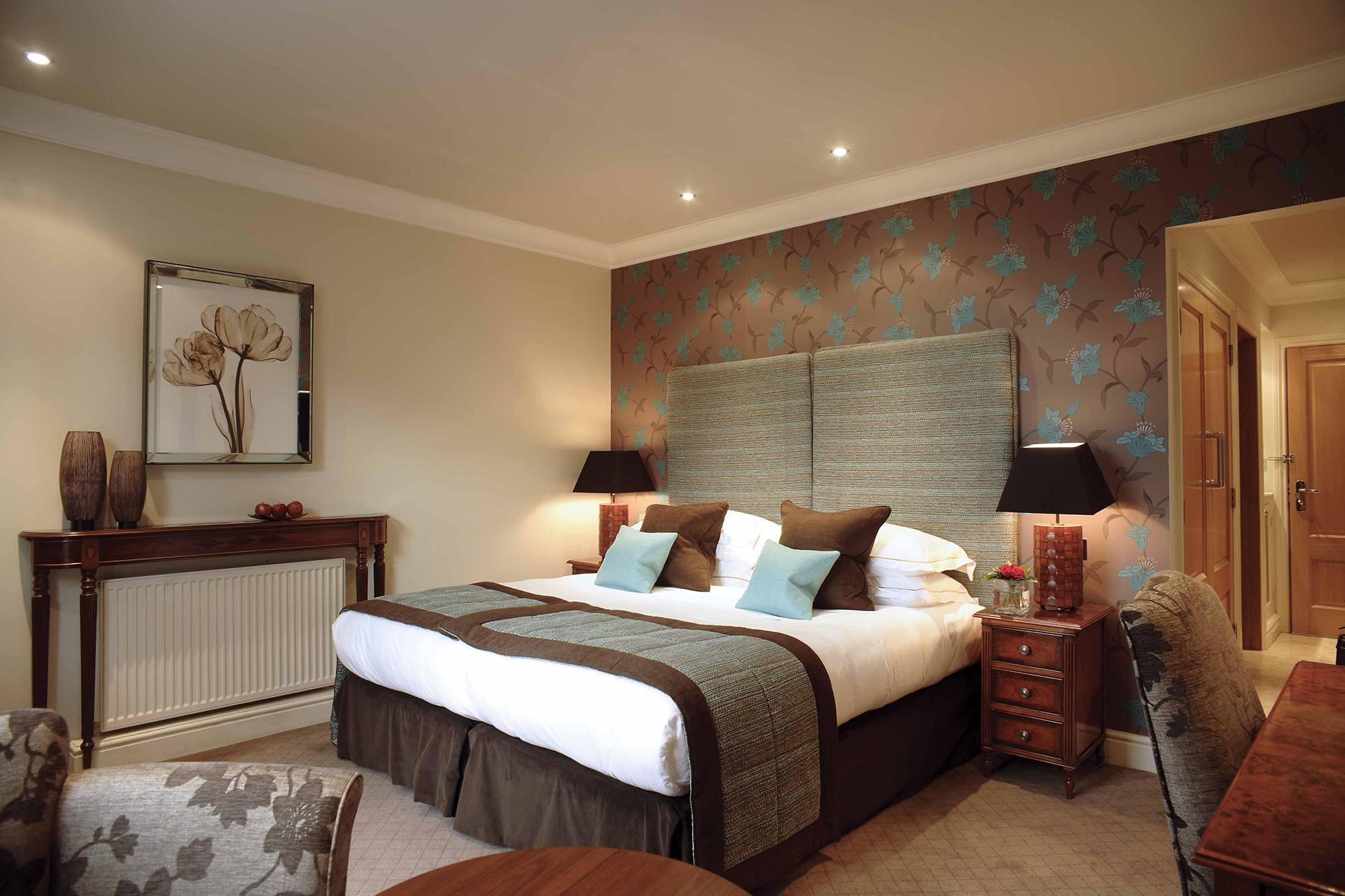 Кремовая и коричнево-синяя стены в спальне