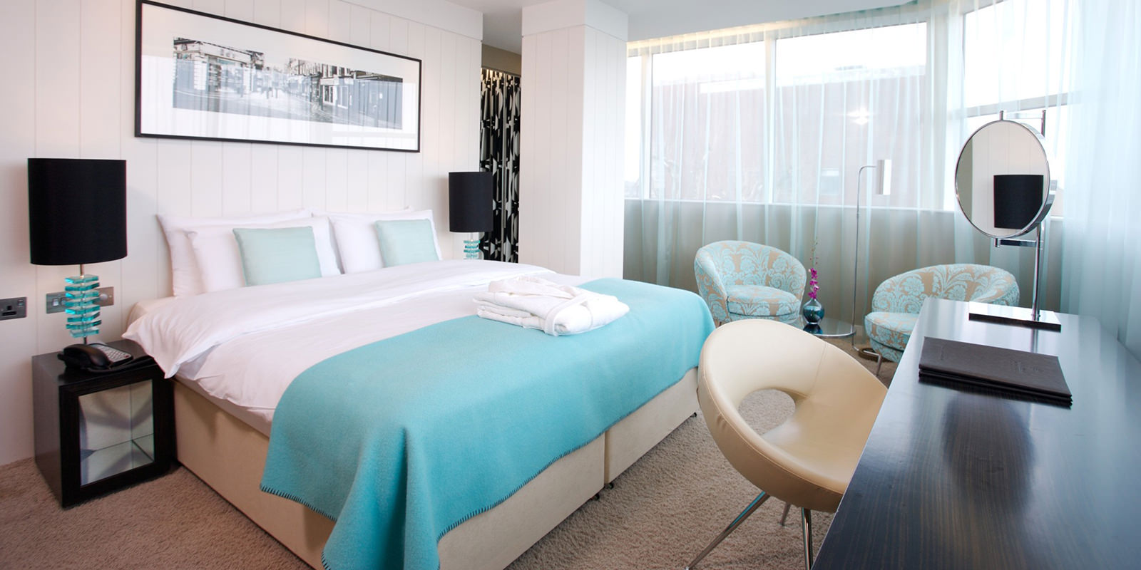Белый, голубой, кремовый, и черный цвета в интерьере спальни