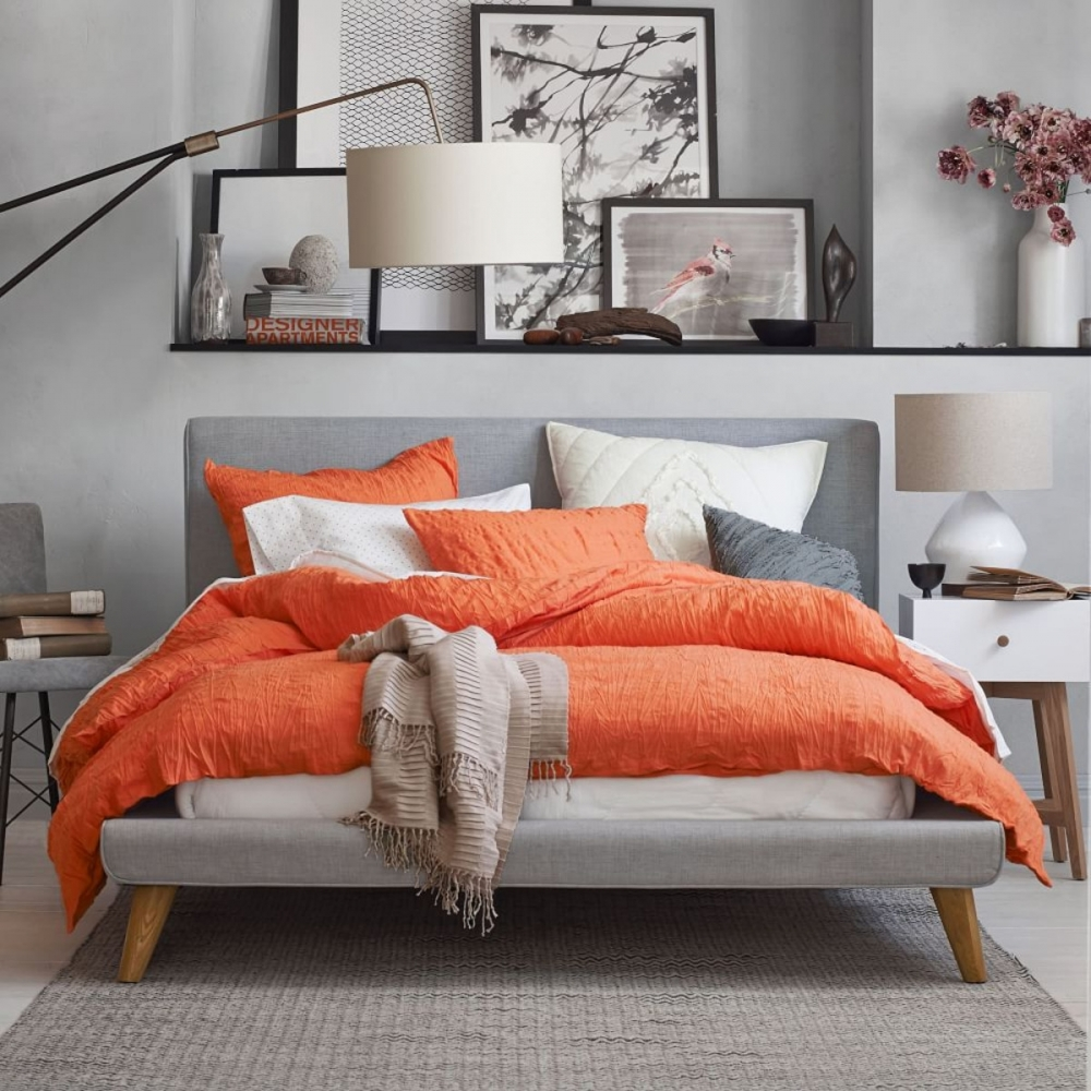 Белый, коралловый и серый цвета в интерьере спальни