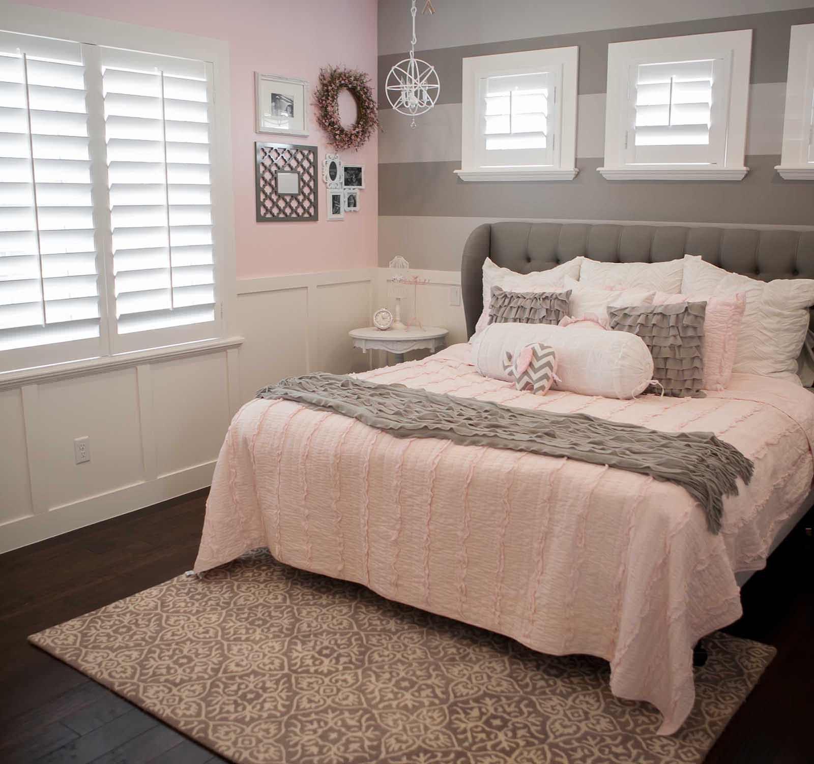 Жалюзи в розово-серой спальне