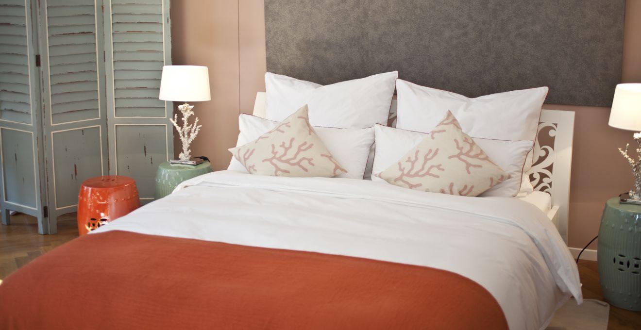 Белый, оранжевый и бежевый цвета в интерьере спальни