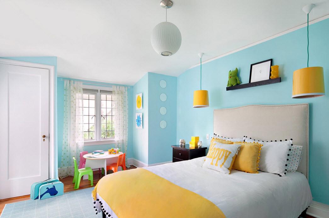 Желтый, голубой и белый цвета в спальне