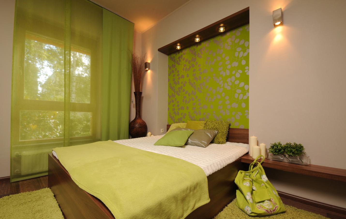 Бежевый, коричневый и зеленый цвета в спальне